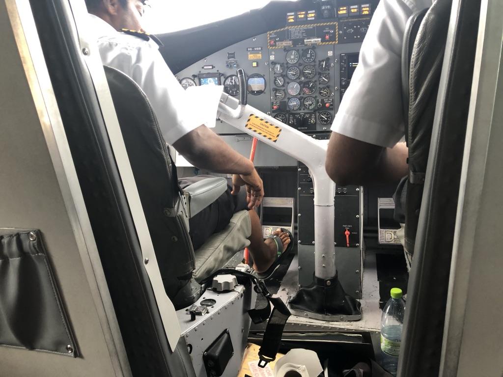 セントレジス・モルディブ・ヴォンムリ・リゾート チェックアウト 水上飛行機 時間 ラウンジ 利用 飲み物 食べ物 シャワー